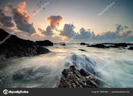 imagenes hermosas y unicas hermosas olas chapoteando en la formación de rocas únicas en pandak
