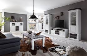 wohnzimmer landhausstil wandfarben wandfarbe grau sofa design kleiner kaffeetisch wohnenswert