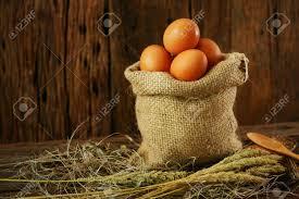 les fonds de cuisine les oeufs frais sur fond de bois de la ferme et de se préparer à