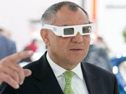 Auch Felix Magath benötigt bald keine 3-D-Brille mehr. Foto: dpa - Felix Magath sieht 3-D %28media_676821%29