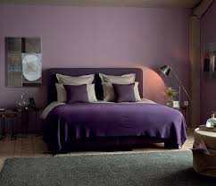 peinture violette chambre dans cette chambre d adulte chic le violet se fait subtil pour