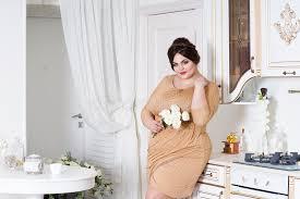 femme plus cuisine mannequin plus de taille sur la cuisine grosse femme sur le corps