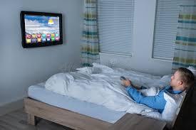dans sa chambre télévision de observation d homme dans sa chambre à coucher image