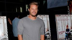 travis fimmel hair for vikings travis fimmel finds warcraft and vikings battles are easy compared