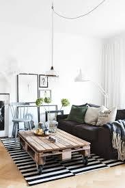 salon avec canapé noir aménager un petit salon côté maison