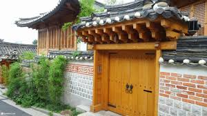traditional korean living at the ancient bukchon hanok village in