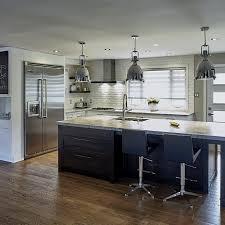 cuisine armoire brune grand îlot brun et armoires blanches contemporaines cuisine