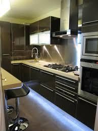 cuisine laqué noir cuisine noir brillant à éclairage led sk concept