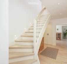weiãÿe treppe ein eleganter und ordentlicher flur mit weißer treppe hellem