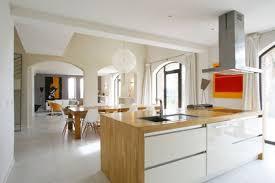 ikea cuisine bois cuisine bois et blanc laque ikea blanche sans poignee en image