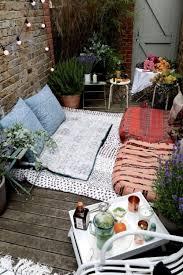 diy outdoor bench from concrete blocks u0026 wooden slats 1001 gardens