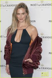 hair style giving birth bar refaeli makes first red carpet appearance since giving birth