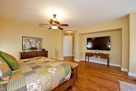 Master Bedroom Ceiling Fans by Traditional Master Bedroom With Hardwood Floors U0026 Ceiling Fan In