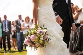 hochzeitsgeschenk braut an brã utigam moment in der hochzeit braut und bräutigam händchen haltend mit