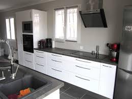 cuisine blanche et noir cuisine blanche et taupe la couleur taupe inspire la dco de toute