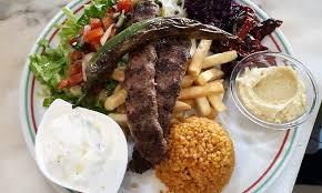 cuisine turque kebab plats turcs et dessert dans un restaurant avec terrasse typique