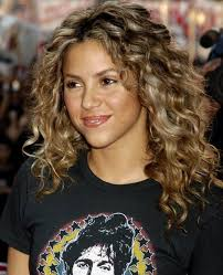 what color is shakira s hair 2015 best 25 naturally curly haircuts ideas on pinterest layered