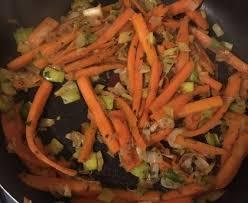 cuisiner des carottes la poele poêlée végétarienne carottes et poireaux recette de poêlée