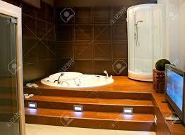 fernseher badezimmer fett aus holz badezimmer mit großen lcd fernseher lizenzfreie