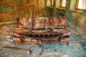 altes sofa verlassenes altes sofa lizenzfreie stockfotografie bild 15978557