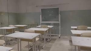 bureaux blancs salle de classe vide avec les panneaux de bureaux blancs et verts