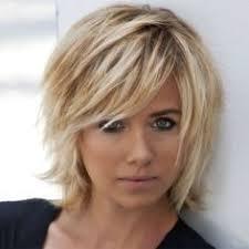 coupe de cheveux de davant coiffure davant carré effilé sur cheveux blonds et