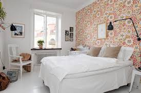 chambre papier peint idée déco chambre blanche avec un mur en papier peint à motif floral