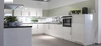 cuisine en bois blanc armoire de cuisine en bois blanc comptoir lisse gris tabouret