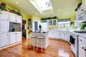 cuisine parfaite cuisine parfaite avec les murs et le bois dur intérieurs et jaunes