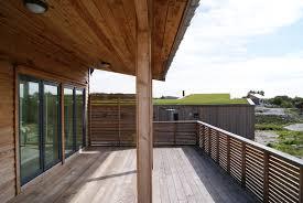 photos de verandas modernes overbygd terrasse til moderne hytte i sibirsk lerk urbanhus