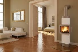 kamin im wohnzimmer bis zur mitte eleganter freistehender kamin in weiß ofenfenster in der mitte