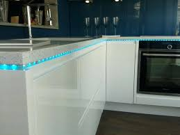 eclairage led cuisine plan de travail eclairage cuisine led ou halogene pour plan travail 9 socialfuzz me