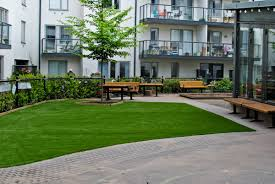 what is the best temperature to lay artificial grass