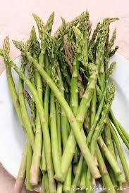 cuisiner asperges asperges vertes poêlées tout le monde à table