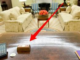 Resolute Desk Trump U0027s Presidential Desk Has A Tiny Red Button That He Presses To