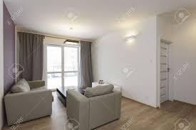 Wohnzimmer Deko In Gr Gemütliche Wohnung Helles Wohnzimmer Mit Lila Dekoration An Der