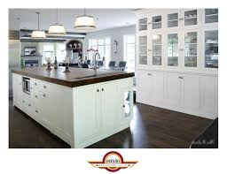 forme cuisine île allongée marron foncé plancher de granit brun clair lisse