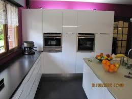 plan de travail cuisine blanc laqué cuisine béta laque brillante blanche et granit noir l p n s