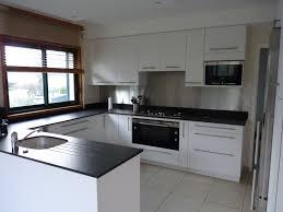 meuble cuisine laqué blanc cuisine laque cuisine laqu e blanche plan de travail gris avec