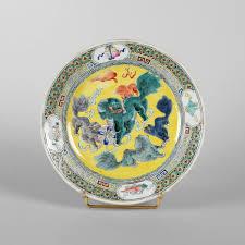 assiette de porcelaine assiette en porcelaine à décor de cinq chimères sur fond jaune