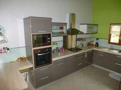 cuisine beige et cuisine ouverte avec bar donnant sur la pièce à vivre meuble taupe