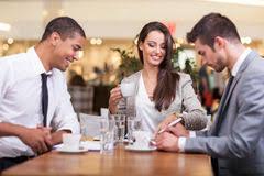 image pause café bureau employés de bureau sur la pause café femme appréciant la causerie