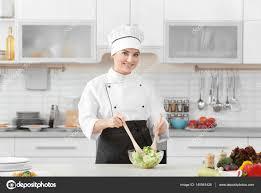 chef cuisine femme chef de femme cuisine salade dans la cuisine moderne