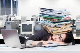 sieste au bureau d œuvre féminine déprimé faisant une sieste sur le bureau photo