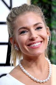 whatbhair texture does sienna miller have sienna miller makeup and hair at the 2017 golden globes popsugar