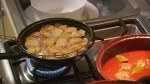 cuisiner aubergine a la poele faire la cuisine cuisinière à gaz espagne hd stock 881