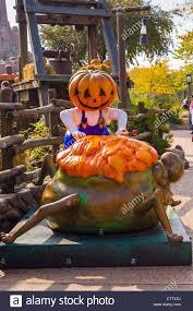 halloween decorations in frontierland disneyland resort paris