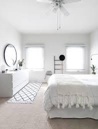 Schlafzimmer Teppich Rund How To Achieve A Minimal Scandinavian Bedroom Schwarz Und Weiß