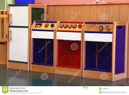 cuisine d enfants modèle de la cuisine en bois à jouer dans le jardin d enfants image