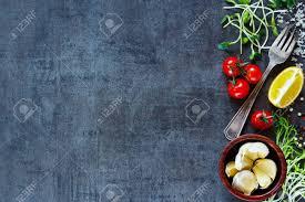 cuisiner l ail vue de dessus d ingrédients pour cuisiner tomates l ail le poivre